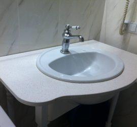 Столешница для умывальника в ванную комнату из белого кварцита
