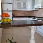 Столешница и барная стойка на кухне из кварцита Technistone Starlight Brown