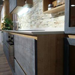 Столешница из кварцита украинского производства Атем Grey Light 0031. Нестандартный фирменный инновационный торец изготовлен со скошенным краем специально для удобного захвата дверцы кухонного гарнитура.