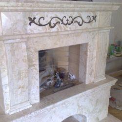Декоративный каминный портал из мрамора