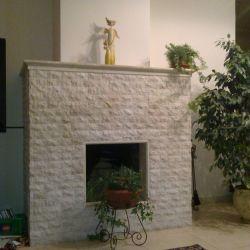 Облицовка камина скалой из натурального бежевого мрамора