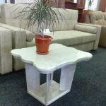 Получите эстетическое удовольствие от гостиной комнаты с журнальным столиком, столешница которого сделана из мрамора.