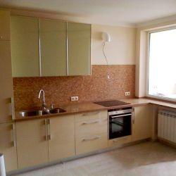 Подоконник и кухонная столешница как части единого целого из кварцита Caesarstone 6350