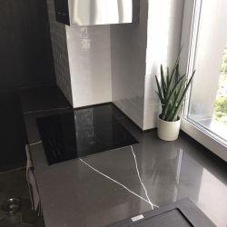 Кухонная столешница, переходящая в подоконник, из кварцита Vicostone BQ 8380 Pietra Grey
