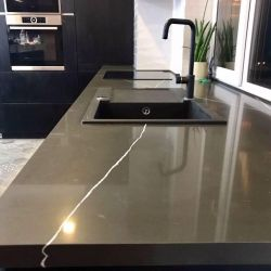 Столешница на кухню, переходящая в подоконник, из кварцита Vicostone BQ 8380 Pietra Grey