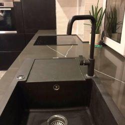 Кухонная столешница, которая плавно переходит в подоконник, из кварцита Vicostone BQ 8380 Pietra Grey