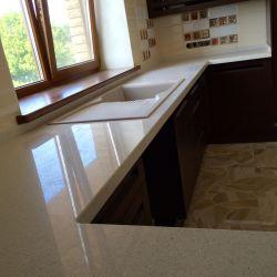 Кухонная столешница из украинского кварцита Atem White 006. Плинтус изготовлен из того же материала.