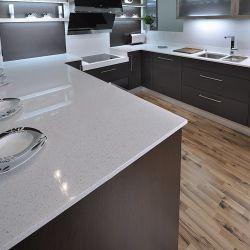 Кухонные поверхности их искусственного камня (кварцита) белого цвета