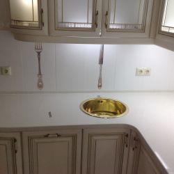 Столешница из белого кварцита для кухни