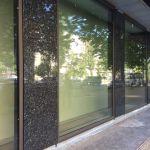 Облицовка фасада здания лабрадоритом Blue Pearl.