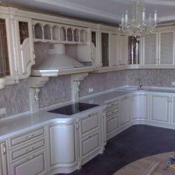 Столешница из искусственного кварцевого камня для красивой кухни в классическом стиле