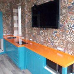 Столешница на кухню из оранжевого кварцевого камня