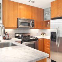 Кухня с фасадами цвета FLAME и мраморной столешницей