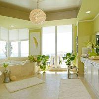 Цвет 2017 года GREENERY в оформлении кухни. Пол и кухонная столешница из бежевого мрамора