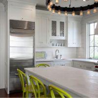 Стильная современная кухня с элементами декора в модном цвете 2017 года GREENERY. Кухонные столешницы из кварцита , имитирующего натуральный мрамор.