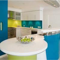 Сочетание цветов Greenery и Niagara в интерьере стильной кухни 2017. Кухонные столешницы из белого кварцевого камня.