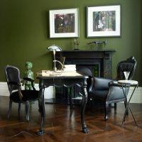 Модный цвет KALE в оформлении интерьера. Камин облицован черным мрамором