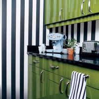 Модный цвет KALE в интерьере яркой кухни. Столешница с высоким плинтусом из искусственного камня (кварцита) черного цвета.