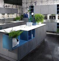 Декоративные элементы в модном цвете LAPIS BLUE в интерьере кухни 2017. Кухонные столешницы из белоснежного кварцита.