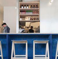 Цвет LAPIS BLUE в дизайнерском оформлении барной стойки. Столешница барной стойки из искусственного камня (кварцита) кремового цвета.