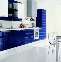Стильная кухня в модном цвете LAPIS BLUE. Кухонная столешница из белого кварцевого камня