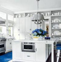 Исплользование модного цвета LAPIS BLUE в интерьере кухни 2017. Кухонная и островная столешница из белого кварцита, имитирующего натуральный мрамор.