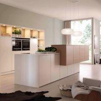 Модный цвет PALE DOGWOOD в интерьере стильной кухни 2017. Островная кухонная столешница из белого кварцита.