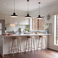 Цвет PALE DOGWOOD в интерьере модной и стильной кухни 2017. Столешницы кухонная и для барной стойки из белого кварцевого камня.