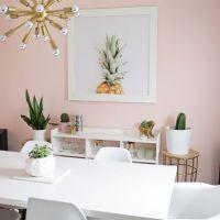 Модный цвет PALE DOGWOOD в оформлении стильной нежной кухни 2017 года . Столешница обеденного стола из белого кварцевого камня.