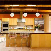 Фото Модный цвет 2017 года PRIMROSE YELLOW в оформлении стильной кухни . Столешницы из коричневого кварцевого камня.