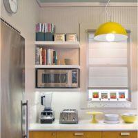 Фото Модный цвет PRIMROSE YELLOW в интерьере кухни. Столешница из белого кварцита.