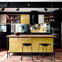Цвет PRIMROSE YELLOW в дизайнерском оформлении кухни. Столешница из кварцита Hanstone RU602
