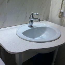 Фото столешницы под умывальник из белого кварцита