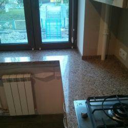 Кухонная столешница , переходящая в подоконник из кварцита Caesarstone 6350