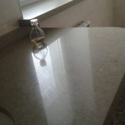 Подоконник в ванной комнате из бежевого кварцита Caesarstone 4230