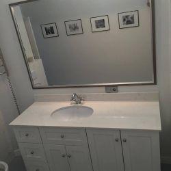 Фото столешницы в ванную комнату из белого кварцита Vicostone BQ 8220
