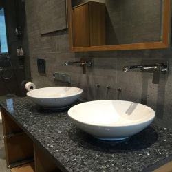 Столешница из лабрадорита Blue Pearl для ванной комнаты