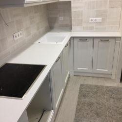 Столешница для кухни изготовлена из украиснкого кварцевого камня Atem White 1116