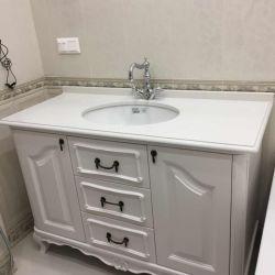 Столешница с фигурным торцом из кварцита для ванной комнаты в классическом стиле