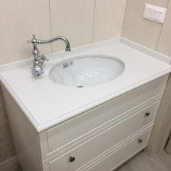 Столешница из искусственного камня для ванной комнаты. Торец столешницы фигурный.