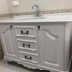 Столешница с фигурным торцом из кварцевого камня для ванной комнаты в классическом стиле