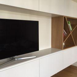 Столешница под телевизор выполнена из кварцита Caesarstone 5110