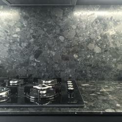 Кухонные столешница и фартук изготовлены из украинского лабрадорита Неверовского месторождения