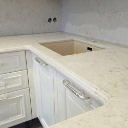 Кухонные столешница и фартук из кварцита Caesarstone 5212