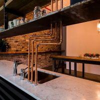 Промышленный Лофт. Кухонная столешница выполнена из натурального мрамора.