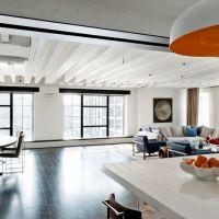 Светлый интерьер квартиры в стиле Лофт. Материалом для кухонной столешницы служит белый кварцевый камень