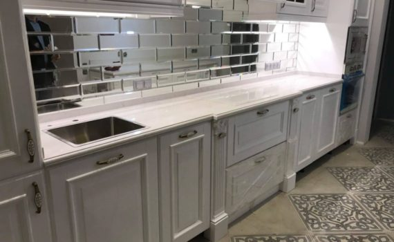 Столешница из камня для кухни в классическом стиле